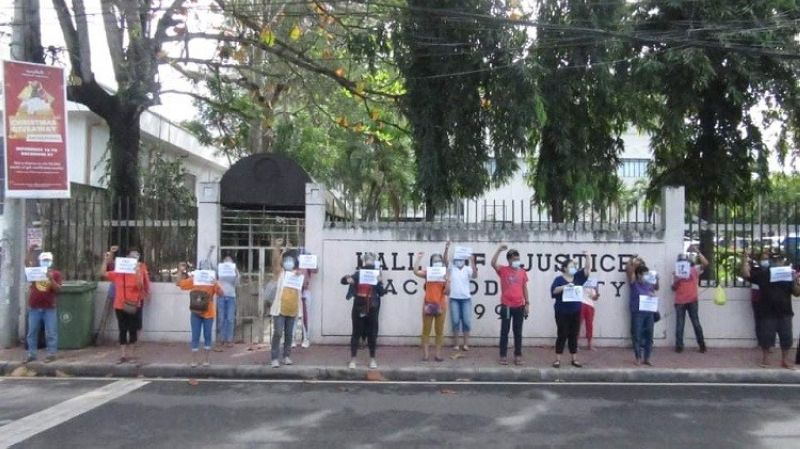BACOLOD. Bannering the call for the immediate release of political prisoners in the country, Some members of human rights groups in Negros Occidental hold a silent protest outside the Hall of Justice along Gatuslao Street in Bacolod City on Thursday. (Julius Dagatan photo)