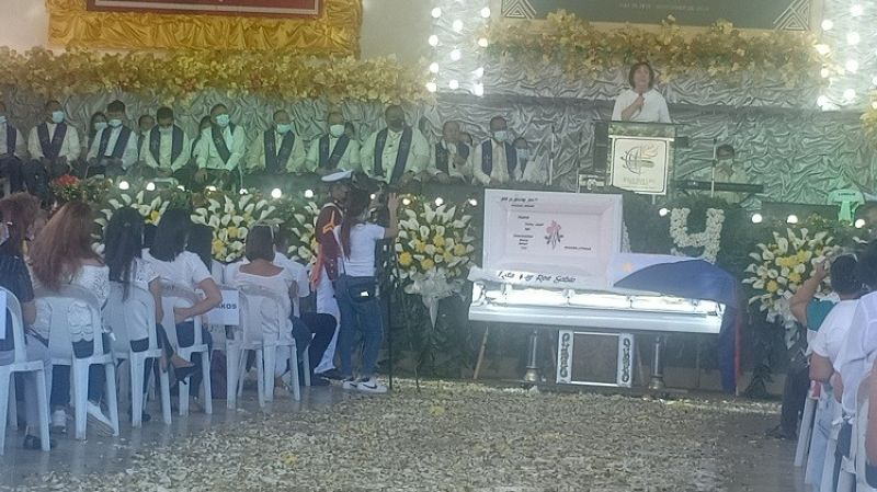 LAST RESPECT. Tagoloan residents sympathize with Mayor Enan Sabio and family during the final memorial service for his wife, Rita May Roa Sabio, 50, on Thursday, December 3, 2020, at the Jesus Our Life Global Family Church in Tagoloan, Misamis Oriental. (Photo by Lynde Salgados)