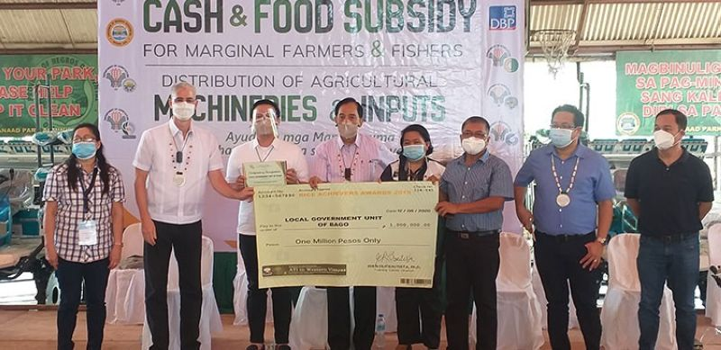 NEGROS. Department of Agriculture Secretary William Dar (fourth from left) with DA-Western Visayas Regional Director Remelyn Recoter (fourth from right), Negros Occidental Governor Eugenio Jose Lacson (third from left) and other officials awards Bago City as the top rice-producing city in the region during the launching and turnover of various programs and projects amounting to over P450 million at the Pana-ad Park in Bacolod City. Bago City Agriculturist Carlito Indencia (third from right) received the check worth P1 million as prize. (Erwin P. Nicavera)