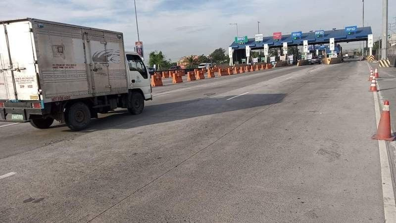 MANILA. Traffic flow is smooth at the NLEX toll plaza in Valenzuela City following the suspension of the company's business permit. (Valenzuela City)
