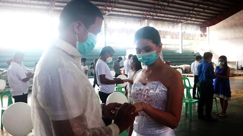 MURCIA. Mayor Gerry Rojas officiates the wedding of eight couples at the town's gymnasium. Even the Covid pandemic cannot stand in the way of a couple's love. (Contributed photo)