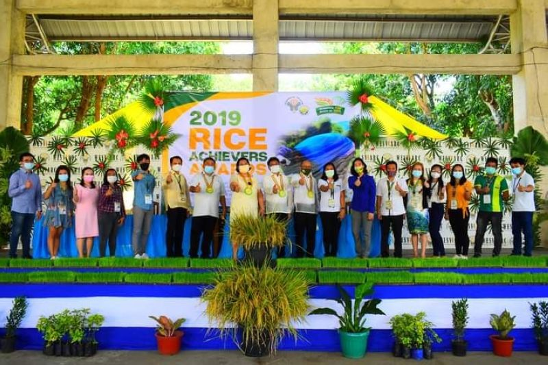 NEGROS. DA-Western Visayas officials and personnel led by Regional Director Remelyn Recoter (eight from left) during the 2019 Rice Achievers Awards in Iloilo City on Monday, December 14, 2020. (Contributed Photo)