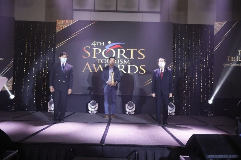 Mr. Mikey Chua of Trisports Solutions Inc. receiving his award for Sports Tourism Domestic Event of the Year of TINMAN. (Contributed photo)