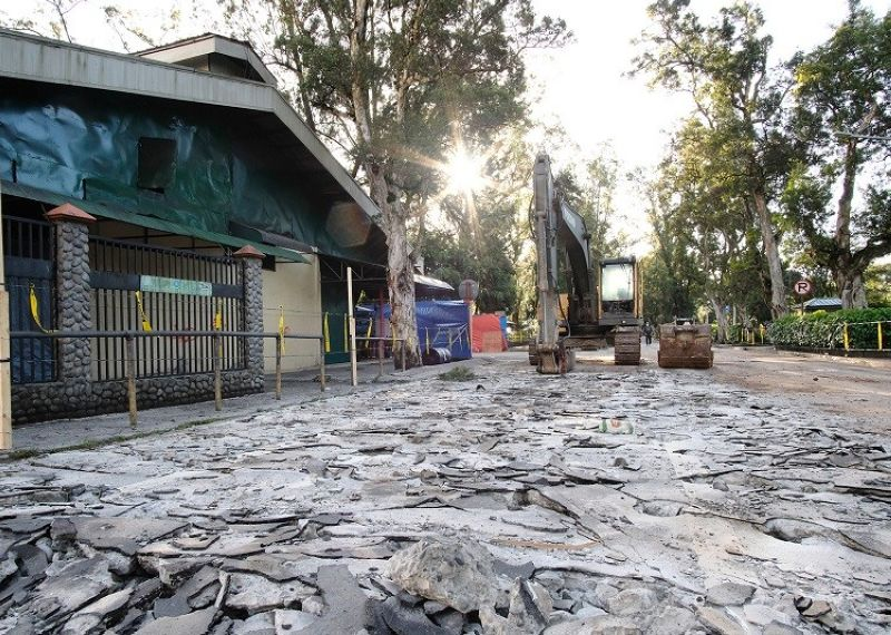 BAGUIO. Excavation work commences December 16 at Lake Drive, Burnham Park in Baguio City for the rehabilitation of the drainage system worth P93 million. Affected jeepney terminals are relocated at Governor Pack Road. (Photo by Neil Clark Ongchangco)