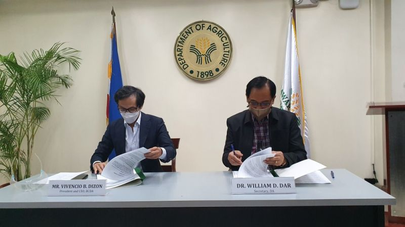 AGREEMENT. BCDA chief Vince Dizon and Agriculture Secretary William Dar sign the agreement for the establishment of Agro-industrial Business Corridors at New Clark City. (Contributed photo)