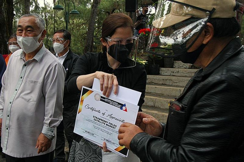 AYUDA. Department of Tourism Secretary Berna Puyat hands out certificates of P5,000 cash assistance to each displaced tourism workers from Baguio and Benguet Monday afternoon, December 21, 2020. Some 15,000 industry workers will get an early Christmas gift. (JJ Landingin)