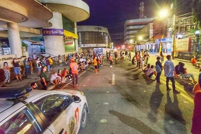 CLOSED. Churchgoers listen to the dawn mass on Sunday, Dec. 20, 2020 on a closed   portion of Osmeña Blvd. beside Basilica Minore del Santo Niño de Cebu in Cebu City. (Amper Campaña)