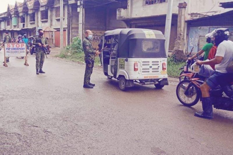 ZAMBOANGA. The city government advises the public for continued strict compliance of health protocols amid the coronavirus disease 2019 (Covid-19) pandemic. A photo handout shows policemen manning quarantine checkpoint to ensure compliance of health protocols. On Saturday, December 26, the local police recorded 325 violations of health protocols and violators were slapped with administrative fines. (SunStar Zamboanga)