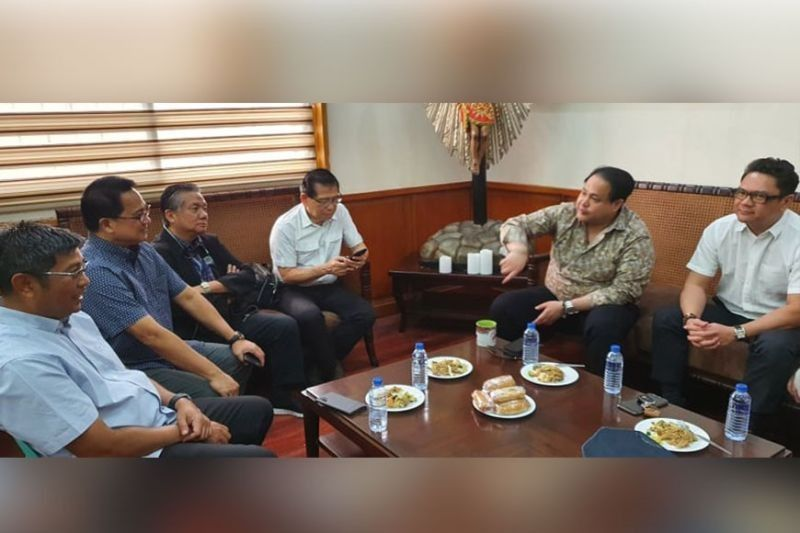 SUPPORTING EACH OTHER. In this February 18, 2020 photo, Governor Dennis Pineda is in a huddle with Pampanga Chamber of Commerce and Industry Inc. officers led by President Rene Romero as they discuss issues concerning the business sector in Pampanga. With them are Board Member Jun Canlas, PamCham Vice-Chairman Jim Jimenez, directors Gil Pamandanan, Bong Mah and Robert Lo. (Chris Navarro)