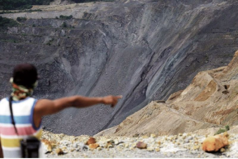 LANDSLIDE SITE. A habal-habal driver points to the crown of the landslide at Carmen Pit in the Toledo copper mines. (Alan Tangcawan)
