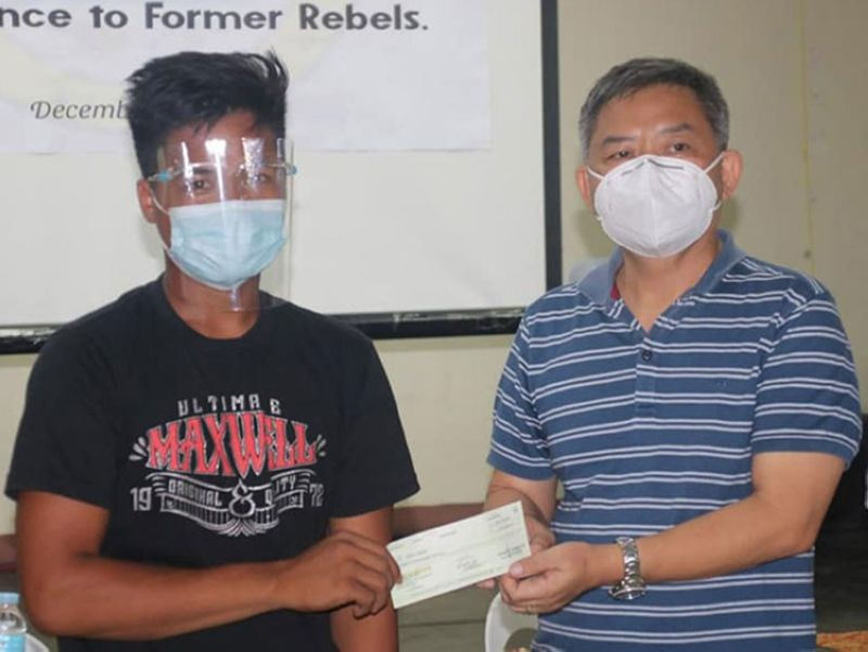ZAMBOANGA. The Zamboanga del Sur Provincial Government distributes Tuesday, December 29, livelihood cash assistance to four former communist New People's Army (NPA) members to enable them to start a new life. A photo handout shows Zamboanga del Sur Governor Victor Yu (right) a P20,000 in check to one of the four recipients. (SunStar Zamboanga)