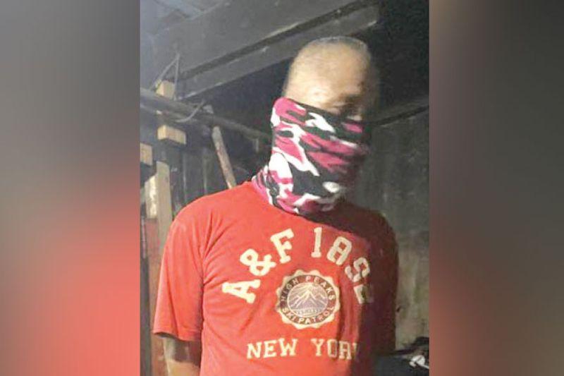 UKAY-UKAY: Si Reynaldo Blanco, 54, taga Holy Name Mabolo, Dakbayan sa Sugbo naninda og mga ukay-ukay, apan sa samang higayon nagpayuhot og ilegal nga drugas. / BENJIE B. TALISIC