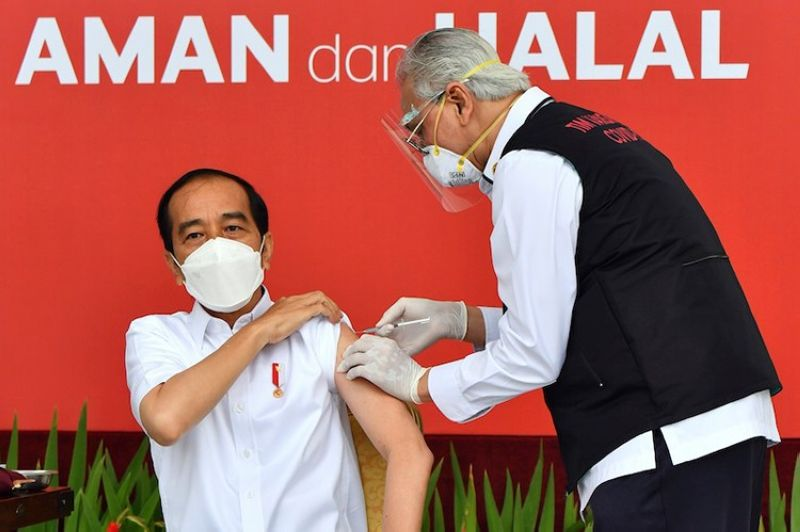 INDONESIA. In this photo released by the Indonesian Presidential Palace, President Joko Widodo, left, receives the first shot of the Sinovac vaccine against Covid-19  at Merdeka Palace in Jakarta Wednesday, Jan. 13, 2021. (via AP)
