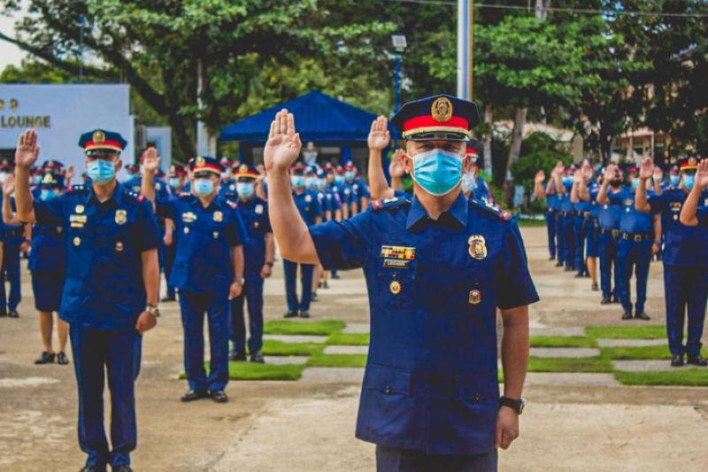 ZAMBOANGA. A total of 1,072 personnel of the Police Regional Office (PRO)-Zamboanga Peninsula were promoted to the next higher rank. A photo handout shows they simultaneously take oath after the donning of ranks Friday at Camp Colonel Abendan in Zamboanga City with Police Brigadier General Ronaldo Genaro Ylagan, PRO-Zambanga Peninsula director, as the administering officer (not in photo). (SunStar Zamboanga)