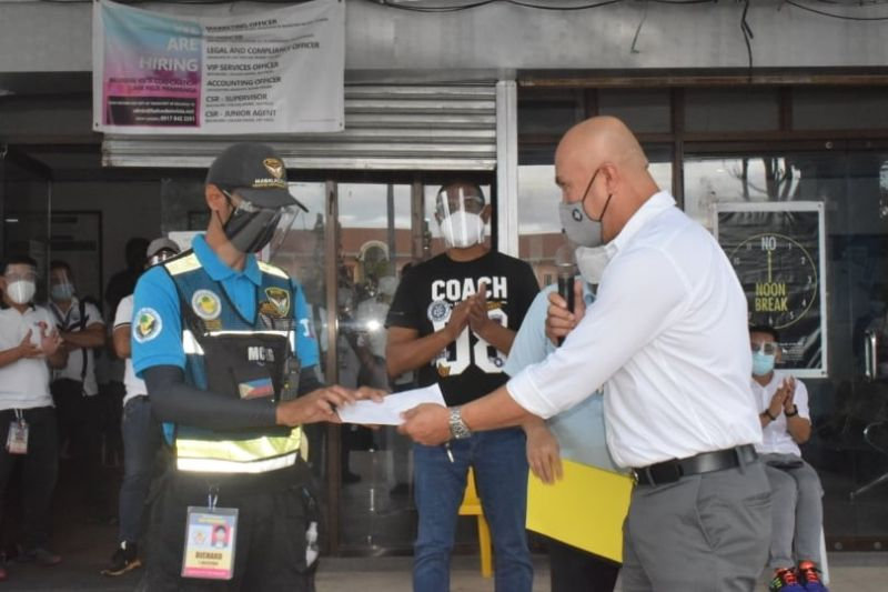 HONEST MABALAQUEÑO. Mabalacat City Mayor Crisostomo Garbo and City Administrator Emmanuel Ignacio commended traffic enforcer Richard Ballesteros for his honesty and turning over a lost wallet during the course of his duty last January 7, 2021. (Mabalacat City Information Office)