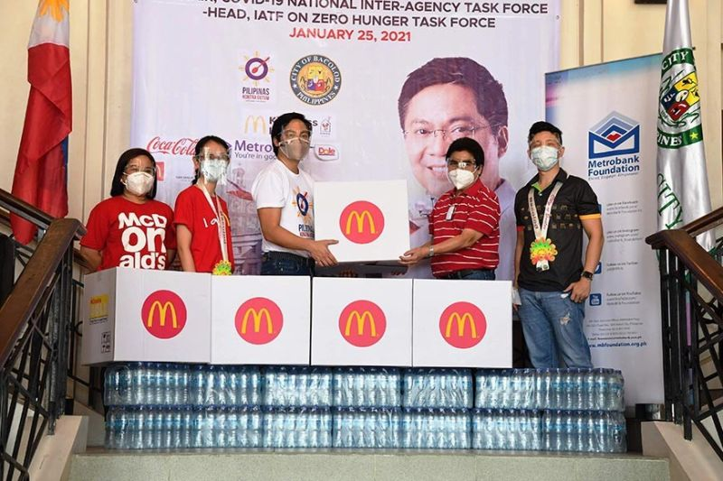 BACOLOD. Cabinet Secretary Karlo Alexei Nograles (3rd from left), head of the Zero Hunger Task Force, led the ceremonial turnover of 2,000 McDonald's meals to the Bacolod City government, received by Bacolod City Mayor Evelio Leonardia (2nd from right), with Ronald McDonald House Charities executive director Marie Angeles (1st from left), and owner-operators Michelle Valencia (2nd from left) and Andrew Valencia (1st from right) of Bacolod CETUS Food Industries, at rites at the Bacolod City Government Center Monday, January 25. (Photo by Bacolod City PIO)