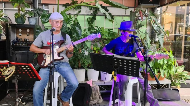 BACOLOD. Former international performers the Leeping brothers Tres and  Angelo share their music with the locals at the East Yard. (Contributed photo)