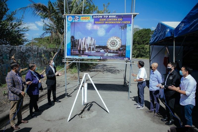 FUTURE HOME OF THE GIANT-LANTERN MAKING TRADITION. The City Government of San Fernando, led by Mayor Edwin 'EdSa' Santiago, and SM Development Corporation, led by its President Jose Mari Banzon, unveil the design of the Giant Lantern and Tourist Information Center on February 4, 2021, at the former Paskuhan Village. (City of San Fernando Information Office)