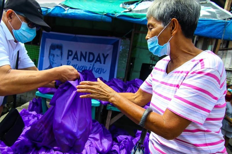 NEGROS OCCIDENTAL. Some 2,000 residents of the Cities of Victorias and Silay affected by the recent massive flooding receive food assistance from Senator Grace Poe, who has roots in Negros Occidental, over the weekend. (Contributed photo)