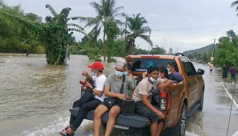 LEYTE. Volunteer members from Navara Nation Philippines-Eastern Visayas chapter deployed their own vehicles to distribute food and help stranded residents in flooded barangays in Palo and Sta. Fe towns. (Photo courtesy of Rhoel Ladera)