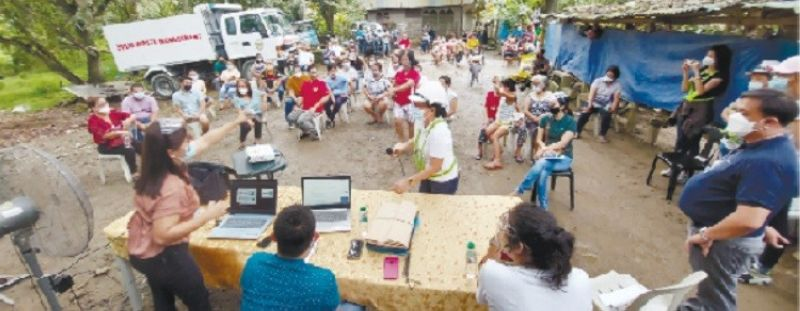 PUBLIC HEARING. Residents of Sitio Candarong, Barangay Pulangbato, Cebu City air their grievances during a public hearing on the 10-story condominium project for retired police and military personnel in the area on Wednesday, Feb. 10, 2021. / AMPER CAMPAÑA
