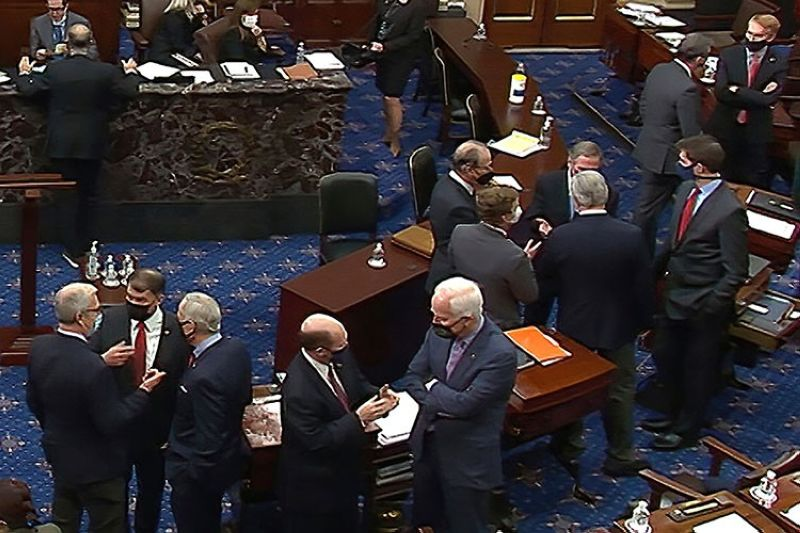 USA. In this image from video, Republican senators and staff talk on the floor after a vote on the motion to allow witnesses in the second impeachment trial of former President Donald Trump in the Senate at the US Capitol in Washington, Saturday, Feb. 13, 2021. (AP)