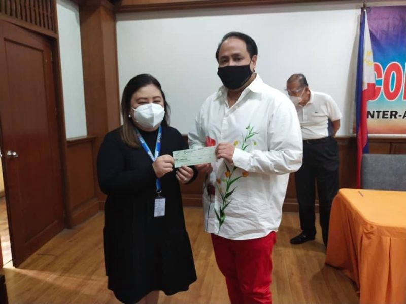 ENDOWMENT FUND. Governor Dennis Pineda received the P2-million check from PCSO-Pampanga Branch manager Ma. Lourdes Soliman under the Endowment Fund Program of the Philippine Charity Sweepstakes Office. (Pampanga PIO)