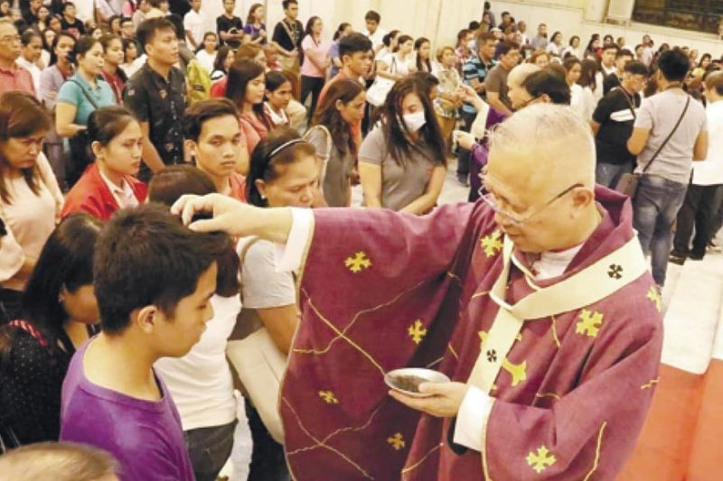 SACRIFICE. The Archdiocese of Cebu reminds the Catholic faithful to observe abstinence as Lent begins with Ash Wednesday on Feb. 17, 2021. In this file photo taken at the Cebu Metropolitan Cathedral in Cebu City on Ash Wednesday, Feb. 26, 2020, Cebu Archbishop Jose Palma sprinkles ash over the head of a parishioner. During this time, the Covid-19 pandemic was already raging and the Philippines recorded its first cases, but the Cathedral and other churches were still full of churchgoers because the government only started to impose lockdowns in the middle of March 2020. (SunStar file)