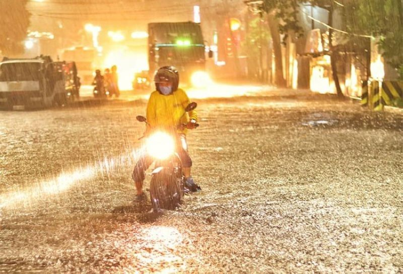 CEBU. A motorists wades through a flooded street in Mandaue City on Tuesday, September 15, 2020. (Alan Tangcawan)