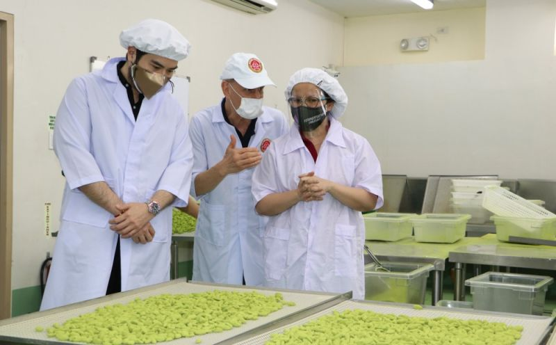 SUBIC SUPERFOOD. Steve Costello (center) explains to Subic Bay Metropolitan Authority Chairman Wilma Eisma and SBMA Senior Deputy Administrator for Business and Investment Renato Lee how the matcha flavor is infused in the Mount Mayon pili nuts. (Contributed photo)