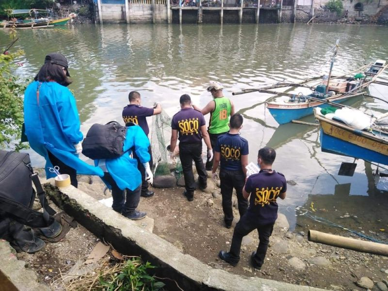 BACOLOD. Two fishermen found a dead body floating in the Sum-ag shoreline Wednesday morning, February 24, 2021. (Contributed photo)