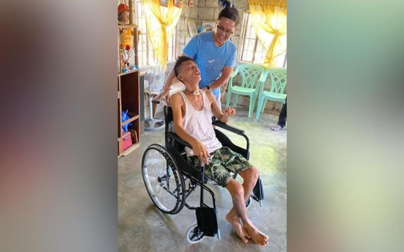 PAMPANGA. Former Arayat Councilor Jeff Luriz turned over on Friday, February 26, 2021, a wheelchair to a person with disability (PWD) of Barangay San Juan Baño, Arayat town. Luriz regularly donates blood pressure kits, face masks, face shields and medicines to senior citizens, PWDs and indigent cabalens. (Photo by Chris Navarro)