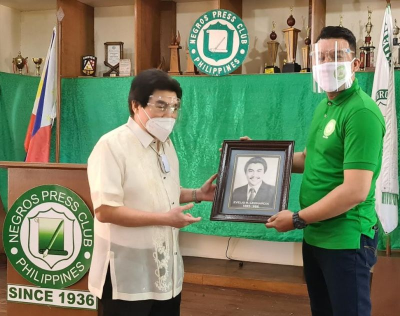 BACOLOD. Bacolod City Mayor Evelio Leonardia is delighted to see his former portrait shown by newly installed Negros Press Club President Yves Montecillo after the officer's oath of office held at the NPC building yesterday. Leonardia's framed photo was taken when he was serving as president of the Negros Press Club in 1985-1986. (Contributed photo)