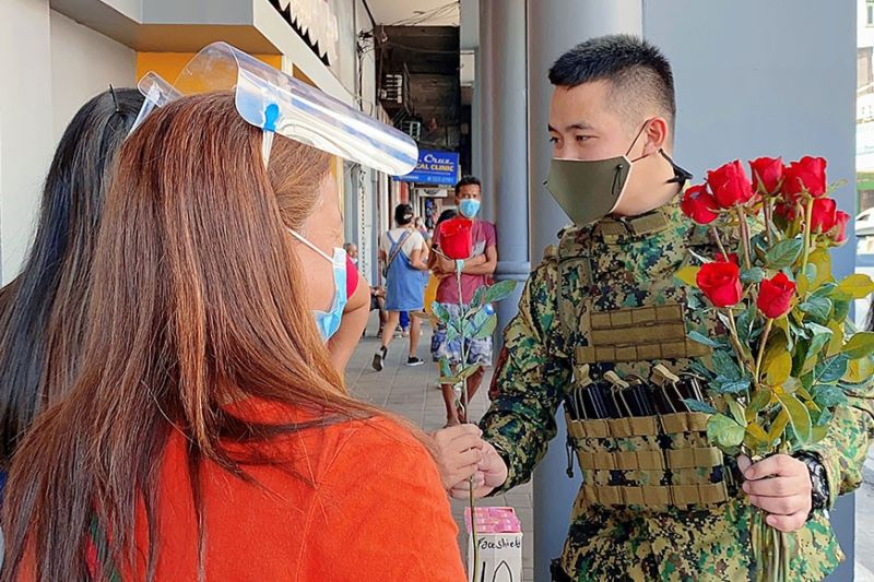 GWAPULIS. A police officer from the City Mobile Force Company gives Angeleñas roses in celebration of Women's Month. (Contributed photo)