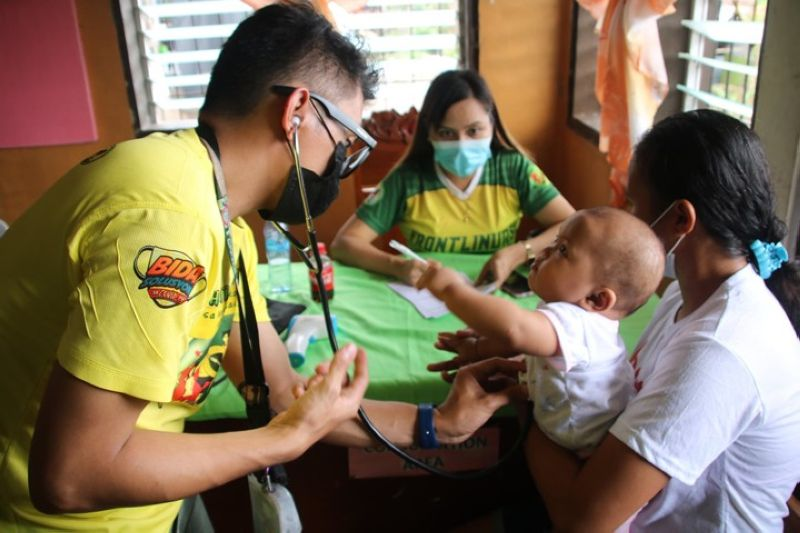 ZAMBOANGA. The 53rd Infantry Battalion and the Municipal Government of Tigbao, Zamboanga del Sur hold last week a four-day outreach in the town. A photo handout shows a physician examines a child during the outreach program. (SunStar Zamboanga)