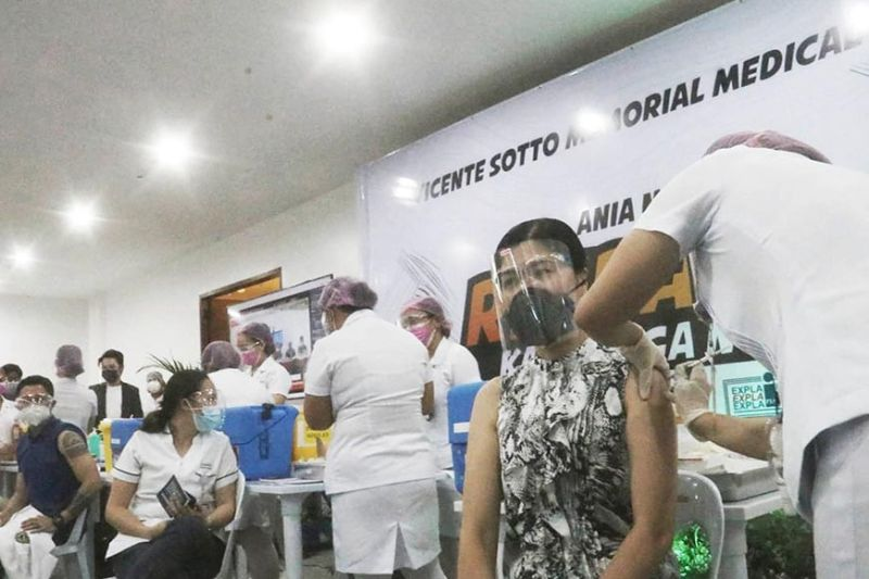COVID VACCINATIONS. Vicente Sotto Memorial Medical Center health workers were among the first in the Visayas to be inoculated with Sinovac's vaccine on Thursday, March 4, 2021. / Amper Campana