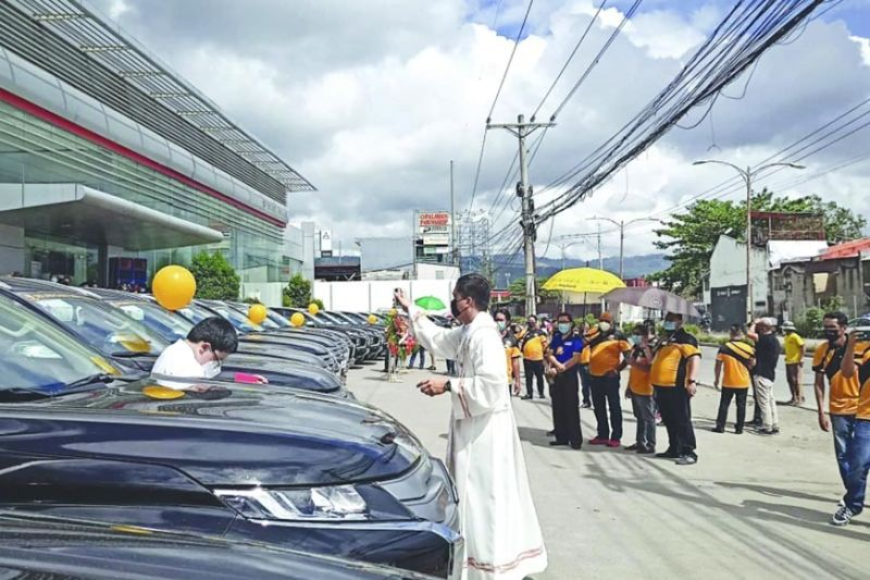 BLESSING: Gibendisyonan sa pari ang 20 ka units sa Premium Gold Montero 2021 model nga bag-ong mga taxi nga magdagan unya sa kadalanan sa Sugbo. Kini atol sa paglusad sa Golden Eagle Cebu Transport Cooperative (GECTC) niadtong Pebrero 28, 2021. Nitambong sa kalihokan ang mga opisyal ug miyembro sa GECTC uban sa mga opisyal sa Land Transportation Franchising and Regulatory Board sa Central Visayas, Office of the Transport Cooperative ug Cooperative Development Authority. / Tampo