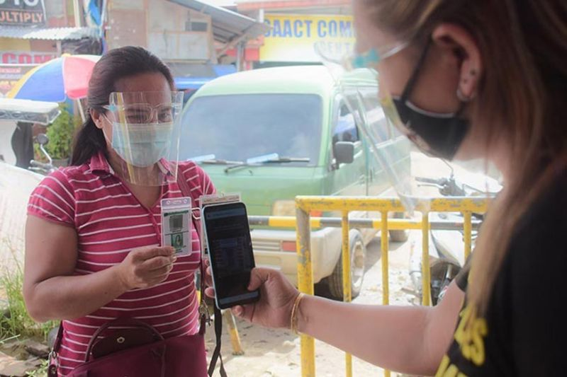 CONTACT TRACING. In a bid to improve its management of Covid-19 cases, the city government of Davao has rolled out its SafeDavao QR system. The system will notify individuals that they may have made contact with a Covid-19 patient who visited the same area as them. (Mark Perandos photo)