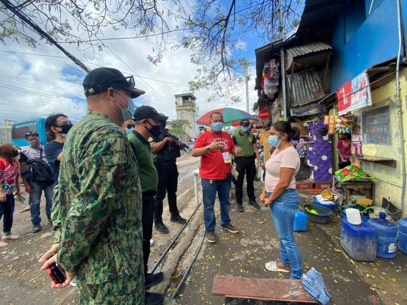 HOUSE VISIT. A team from the Philippine Drug Enforcement Agency Central Visayas (PDEA 7), led by director Levi Ortiz (second from left), visits Brgy. Lorega, Cebu City to check on drug surrenderees living there. With them is Brgy. Lorega chief Fritzgerald Herrera (in red shirt). (Benjie Talisic)