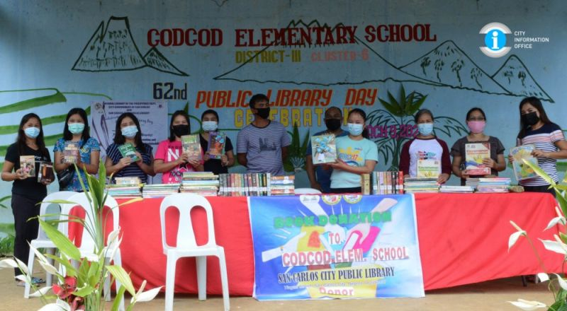 SAN CARLOS. Teaching Force of Codcod Elementary School posed for posterity during the donation ceremony. (Contributed photo)