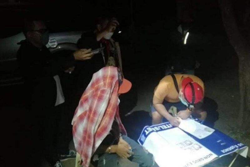 BACOLOD. Authorities seize an estimated P13,600 worth of shabu in a drug bust at Abada Escay, Barangay Vista Alegre, Bacolod City Tuesday evening. (BCPO photo)