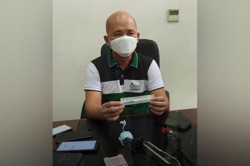 NEGROS OCCIDENTAL.  Provincial Administrator lawyer Rayfrando Diaz shows the syringe ready for the ceremonial vaccination Thursday, March 11, 2021. (Teresa D. Ellera photo)
