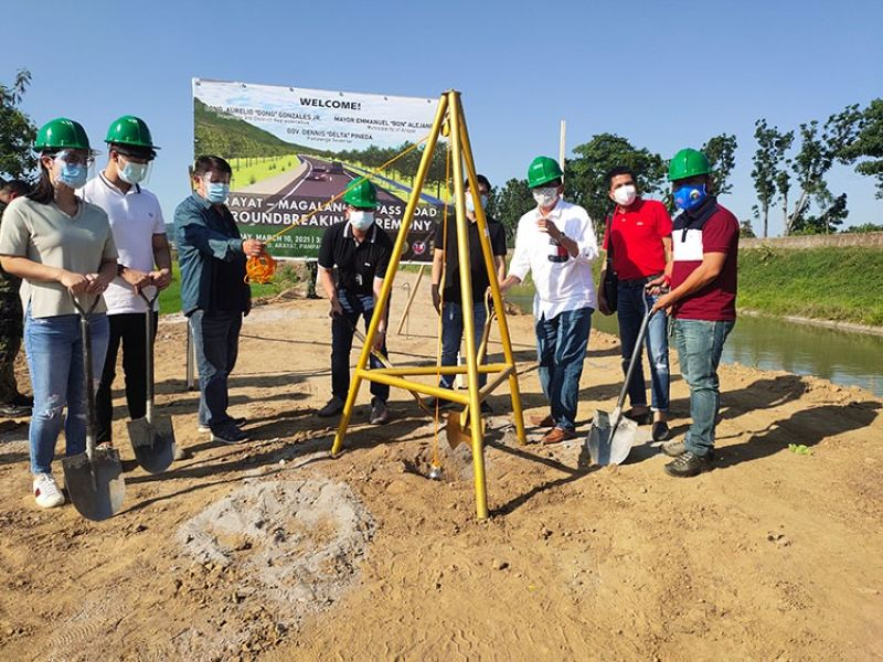 NEW ROAD. Third District Rep. Aurelio Gonzales Jr. and Mayor Emmanuel Alejandrino led the inauguration of the groundbreaking of the P125-million Arayat-Magalang Bypass Road. Joining them are barangay officials of San Juan and Laquios, chief of staff Mica Gonzales, Aurelio Gonzales III and Engr. Brenz Gonzales. (Contributed photo)