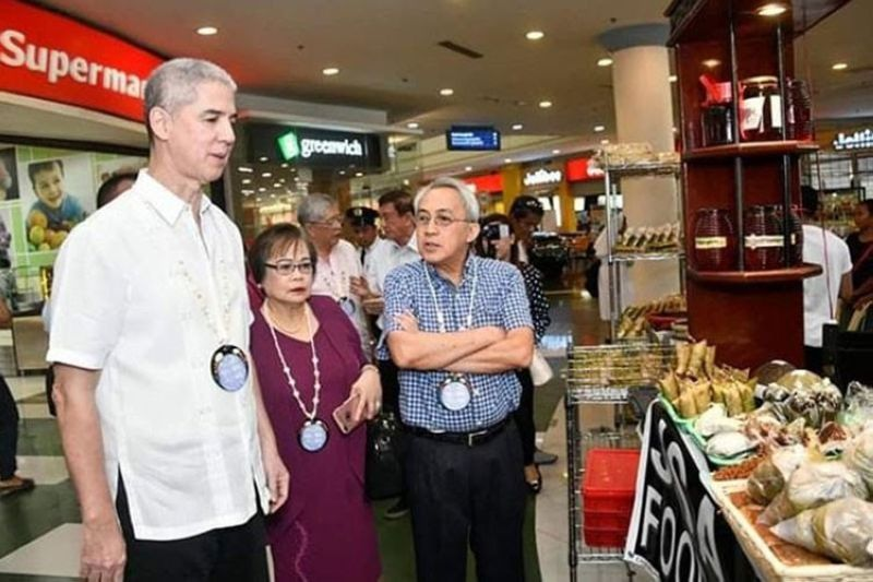 BACOLOD. Negros Occidental Governor Eugenio Jose Lacson (left) and MBCCI chief executive officer Frank Carbon during the 11th Negros Business Week at Robinsons Place Bacolod in 2019. (File photo)