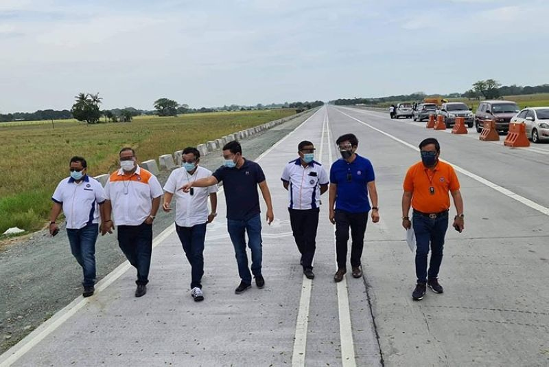 BYPASS ROAD. DPWH Secretary Mark Villar, together with Senior Undersecretary Rafael Yabut, Assistant Secretary Wilfredo Mallari, DPWH- Central Luzon Director Roseller Tolentino, Assistant Regional Director Denise Maria Ayag, DE Henry Alcantara (Bulacan 1st DEO) and Congressman Apol Pancho (2nd District Bulacan) inspected on March 12, 2021 the four- lane Pulilan-Baliuag Diversion Road in Bulacan. (Chris Navarro)