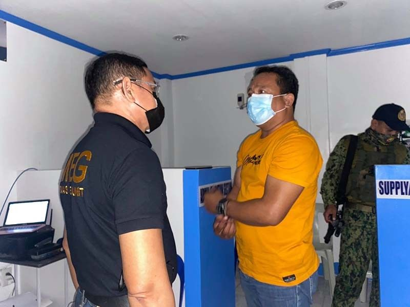 CAUGHT IN THE ACT. Police Major Alexander Batobalonos (left), head of the Integrity Monitoring and Enforcemment Group Central Visayas (Imeg 7), faces MSgt. Julius Medura Obañana who was caught in the act of extorting money from a relative of one of the detainees. BENJIE TALISIC