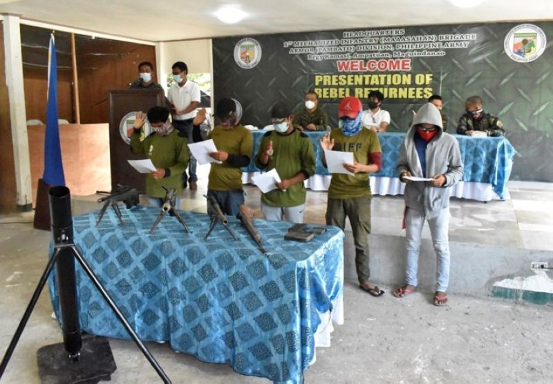 ZAMBOANGA. The number of Bangsamoro Islamic Freedom Fighters (BIFF) surrenderers spikes to 28 since January 2021, as five more surrender Tuesday in Maguindanao. A photo handout shows the five BIFF surrenderers pledging an oath of allegiance to the government at the headquarters of the 1st Mechanized Infantry Brigade in the town of Ampatuan, Maguindanao. (SunStar Zamboanga)