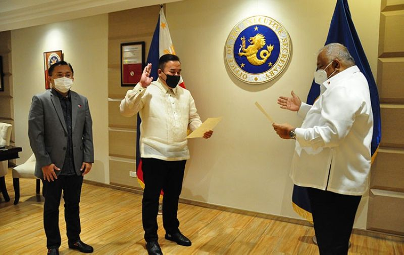 MANILA. Norman N. Fulgencio (center), the new postmaster general and CEO of the Philippine Postal Corporation (PHLPost). (Contributed photo)