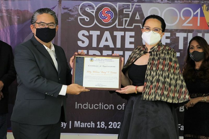 RECOGNITION. Subic Bay Freeport Chamber of Commerce President Benjamin Antonio III presents a plaque of recognition to SBMA Chairman and Administrator Wilma Eisma after her State of the Freeport Address on March 18. (Contributed photo)