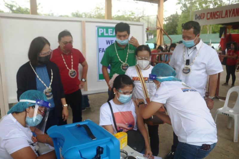"""NEGROS OCCIDENTAL. (L-R) Board Member Juvy Pepello, Provincial Health Officer Dr. Ernell Tumimbang, Board Member Manman Ko and Mayor Gerry M. Rojas observe the """"Bakuna Kasangga ng Bida"""" vaccine simulation exercise conducted recently at Cansilayan National High School in Murcia. (Contributed photo)"""